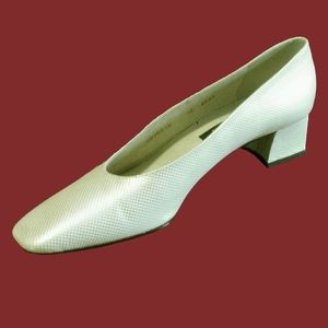 New STUART WEITZMAN Textured Creme Heels 12AAAA